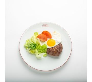 Steak de boeuf et son oeuf bio à cheval, salade laitue mayonnaise et pommes frites