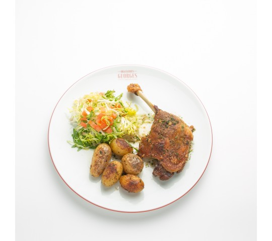 Cuisse de canard confite, salade frisée et ses pommes de terre roties 24,50